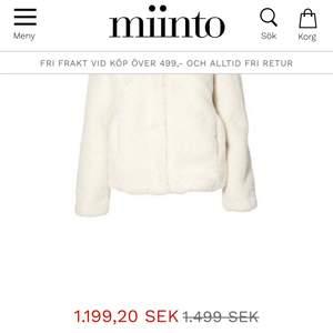 Vit fluffig pälsjacka från märket Bark Of Sweden. Använd ytterst lite. Väldigt mjuk 😊 pris går att diskuteras vid snabb affär