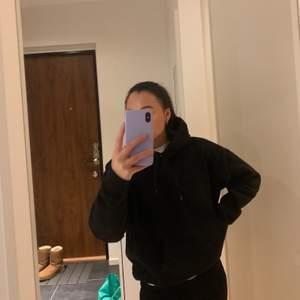 Svart hoodie från weekday. Oversized och passar till allt💛🖤 storleken är xs men den skulle nog sitta oversized på en s också (: