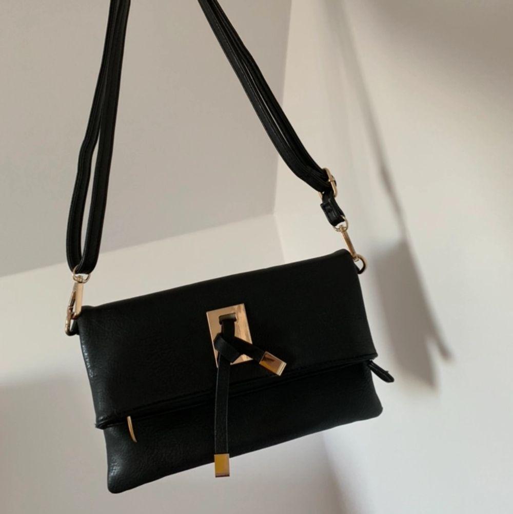 """Hej! Säljer denna super fina """"läder"""" väskan köpt från Nelly i Oktober för 299kr men säljer den för endast 30kr. Säljer den pågrund av att jag har för många väskor. Man kan justera axelbandet vilket innebär att man kan andvända den som en axelväska, även mycket rymlig!🥰. Väskor."""