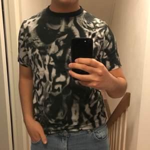 T-shirt från Paul Smith i svartvitt djurtryck. Snarare storlek S. Köpte för 700-800 några år sedan.