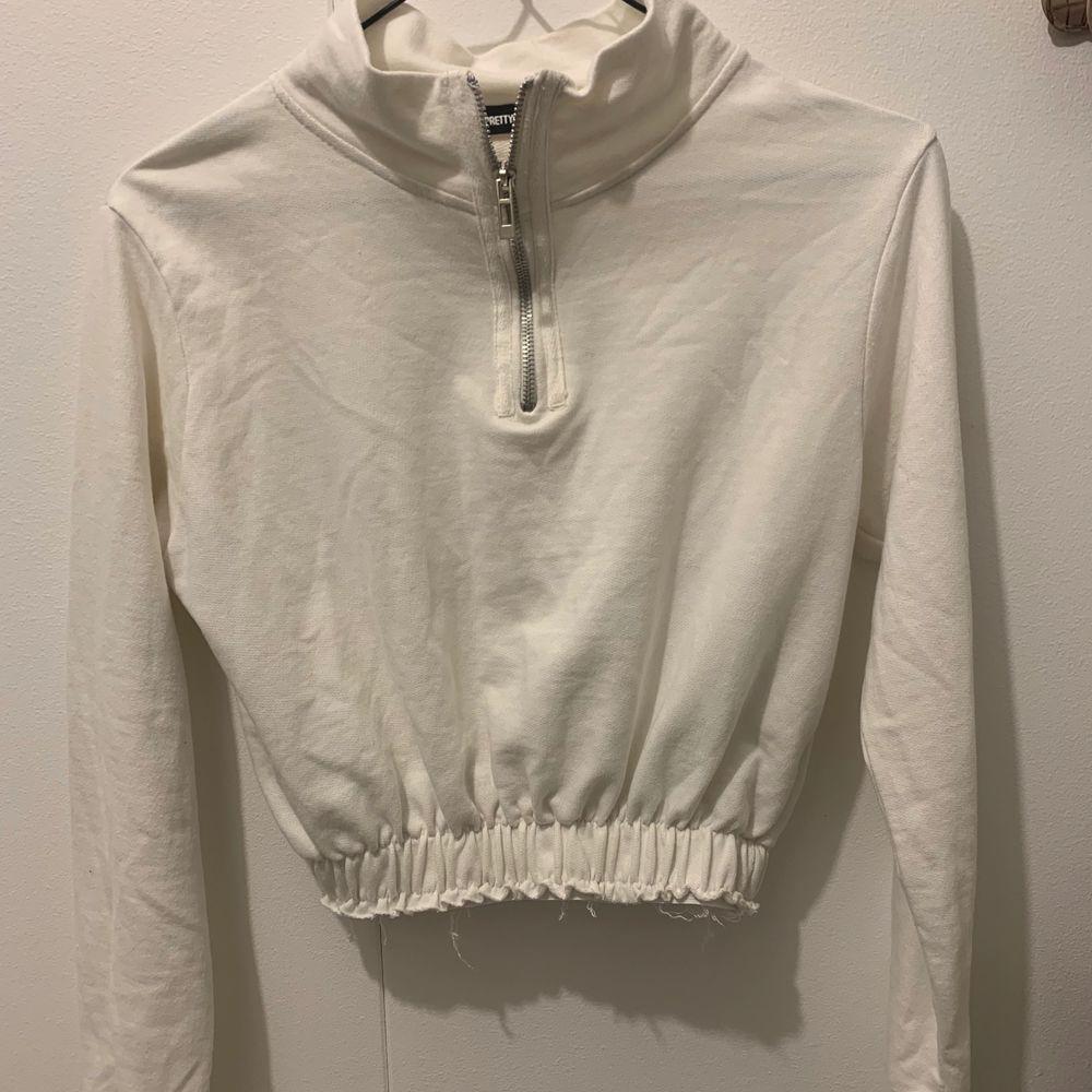 En söt lite croppad vit tröja från PrettyLittleThing. Den är i strl S. 60kr + frakt💞. Toppar.