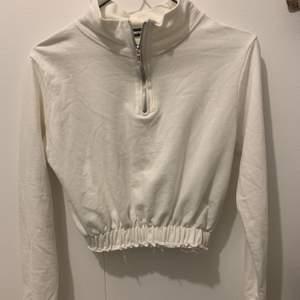 En söt lite croppad vit tröja från PrettyLittleThing. Den är i strl S. 60kr + frakt💞