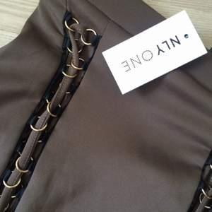 Grönbrun tight kjol från Nelly oanvänd. Säljer pga för liten för mig, storlek S men skulle säga att den passar en XS bättre.