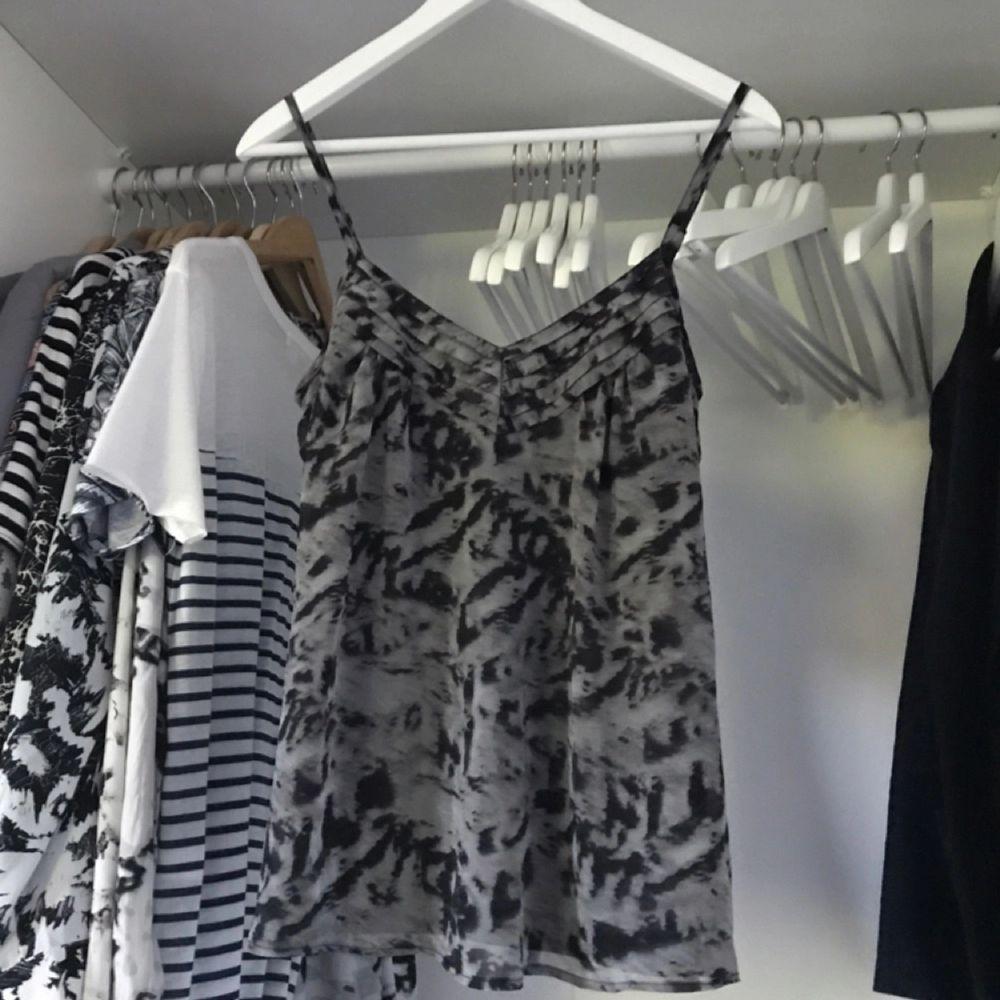 Snyggt mönstrat linne från Vero Moda med snygga detaljer. Använt 1 gång, nyskick! . Toppar.