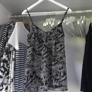 Snyggt mönstrat linne från Vero Moda med snygga detaljer. Använt 1 gång, nyskick!