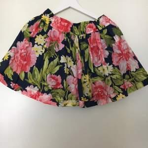 Fin blommig kjol från Abercrombie & Fitch! Storlek L men mer som en medium :)