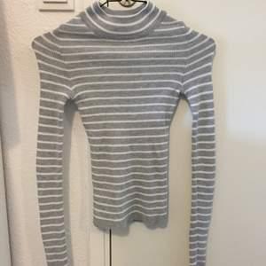 Höghalsad tröja från ginatricot. Använd ett fåtal gånger, vid frakt tillkommer 30 kr.