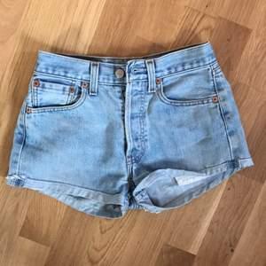 Ljusa jeansshorts