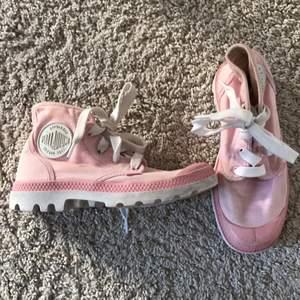Superfina ljusrosa Palladium skor i storlek 35,5 har lite gula fläckar men inget man tänker på ;) Betalning sker via swish  Köparen står för frakt