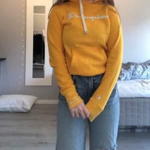 Säljer min knappt använda Champion hoodie. Den är jättebra kvalité men inte rikigt min stil och där av säljer jag den. Färgen är typ senapsgul, svin cool. Det står att storleken är XS men den är lite stor på mig så skulle nog säga att den lika väll kunde varit en S. Skriv till mig vid intresse!