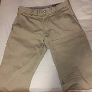 Beigea Volcom byxor, sitter snyggt på. Säljer för dom tyvärr blivit för små för mig. Sitter bra på mig när jag viker upp två gånger och jag är 1,68