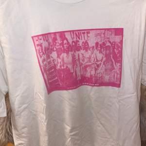 T-shirt med rosa tryck. Stor i storleken. Lite overzise
