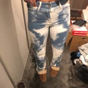 Säljer mina asballa Jaded London jeans då de tyvärr är lite förstora för mig och inte kommit till användning. Storlek 28 som jag skulle säga motsvarar 38/40. Dessa jeans kostade mig ca 900kr inräknad frakt och tullkostnader och det är använda en gång 💚💚💚💚