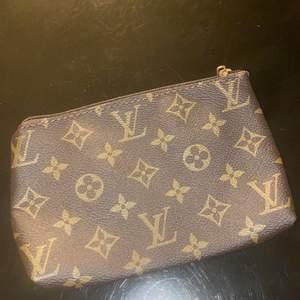 En plånbok eller necessär med måtten 20x13 cm. iPhone 11 får plats. 💫 frakt 22 kr