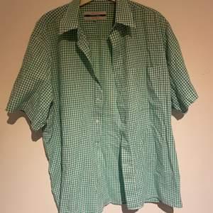 Jättefin kortärmad skjorta köpt secondhand men i nyskick! Den blir inte tillräckligt använd av mig och därför säljer jag den vidare🌟 köparen står för frakt