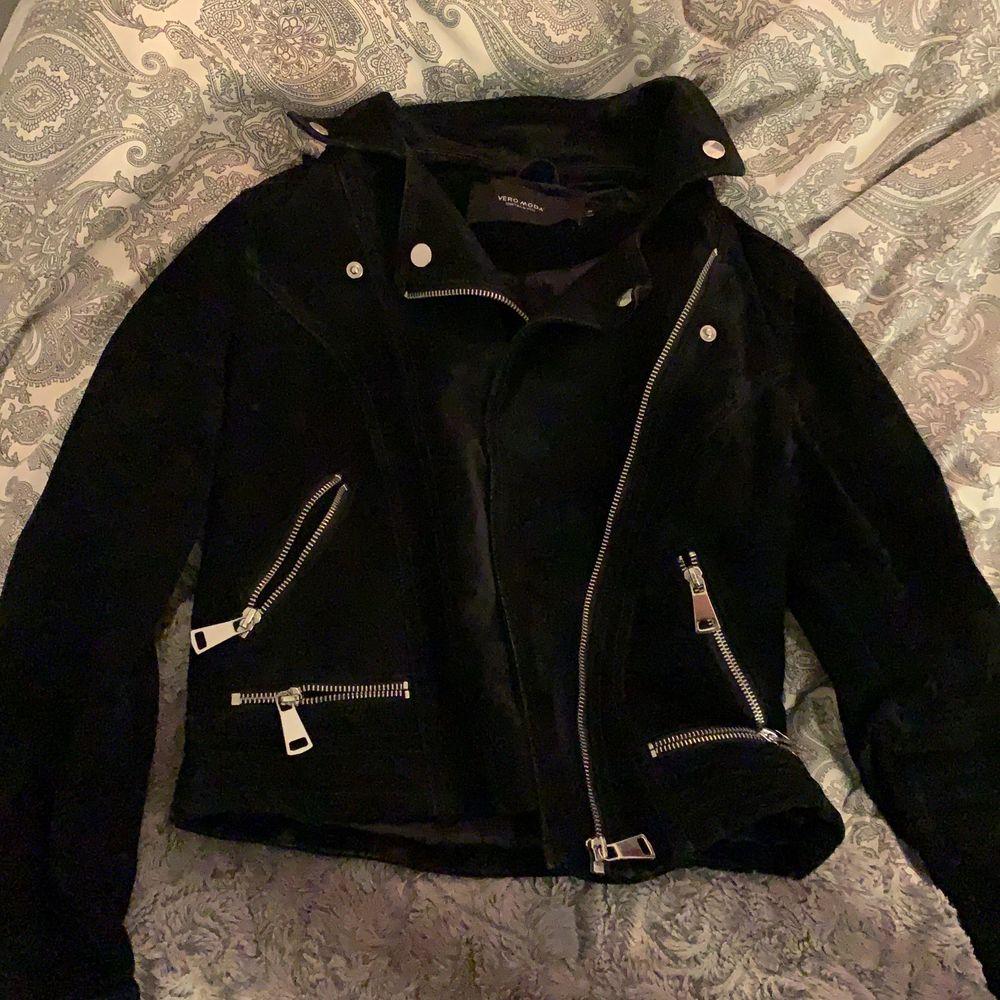 Super fin mocka jacka men är tyvärr för liten för mig. Köpt för 1100 kr säljer för 399 + frakt 💘. Jackor.