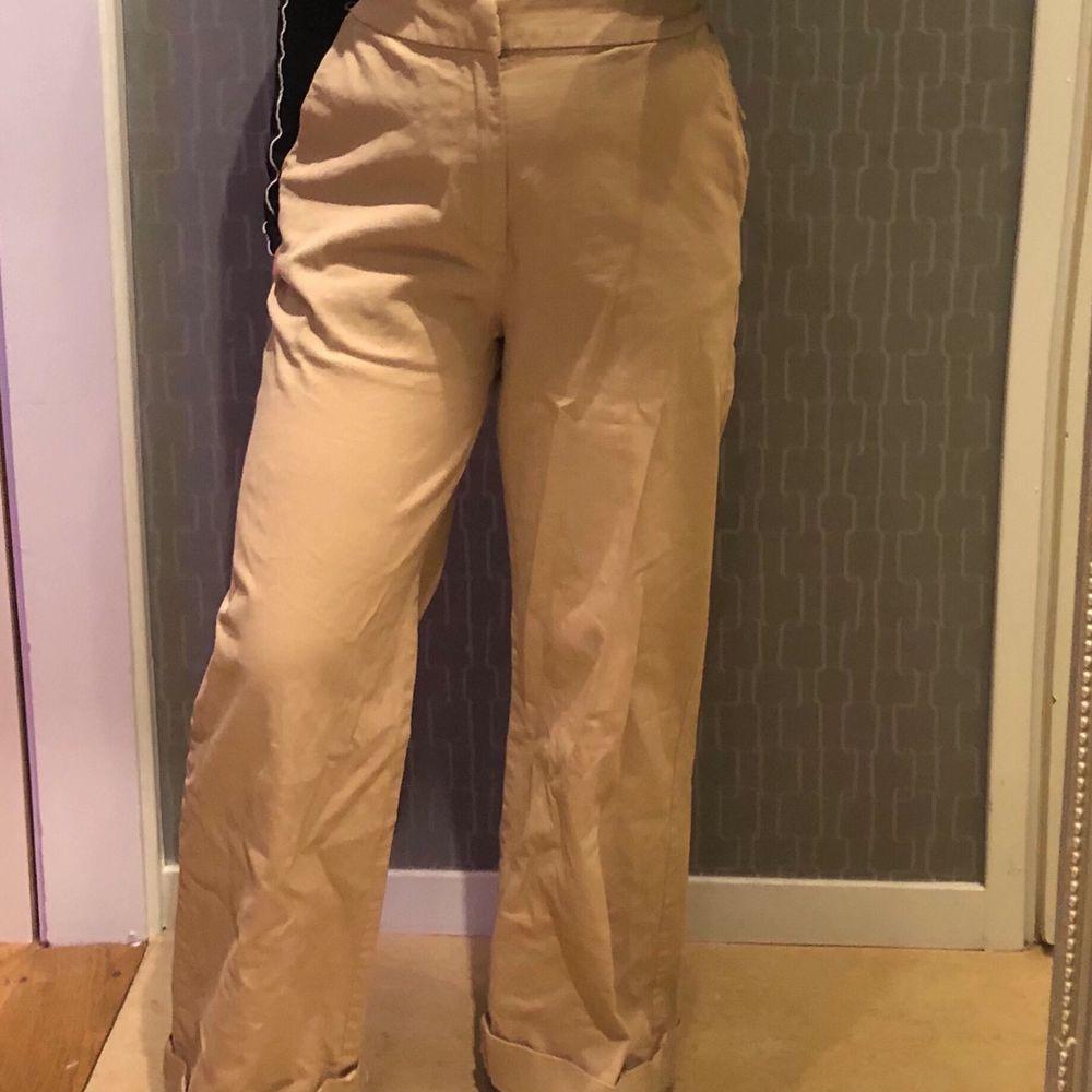 Beige byxor från lindex i storlek 36. Älskar dessa men säljer pga de inte kommer till användning längre. Har en liten fläck.. Jeans & Byxor.