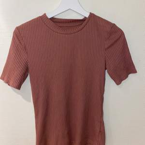 Oanvänd tröja! Den är lite mer rosa en på första bilden men man kan se mer färgen i bild tre! Frakt tillkommer 🚚 (kolla in mina andra inlägg 💕)