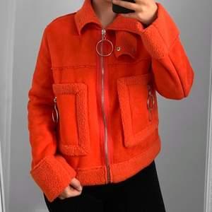 Orange jacka från boohoo storlek 36 i fint skick.  Hämtas i Sundbyberg eller fraktas. Frakt kostar 95kr extra, postar med videobevis. Jag garanterar en snabb pålitlig affär!🌸