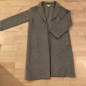 Säljer min stilrena ljusgråa långa kappa från HM. Köptes för något år sedan och är i nyskick och har därför NOLL defekter. Storlek 34. Nypris 799kr, mitt pris 300kr inklusive frakt, kan även mötas omkring hökarängen och då är priset 200 🥰