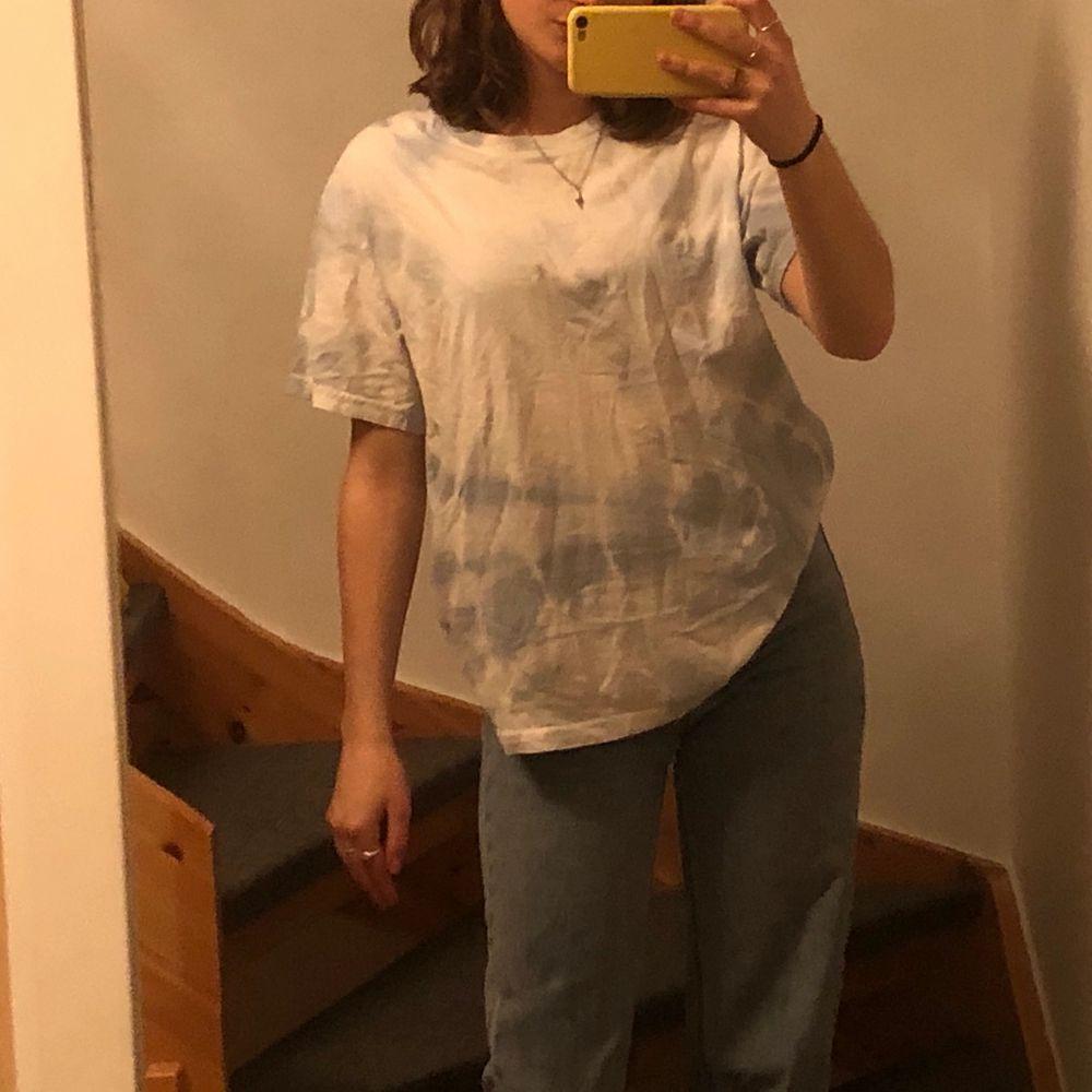 Super cool tie dye T-shirt från weekday. Den är himmelsblå och vit. Aldrig andvänd (frakt tillkommer) 💗. Skjortor.