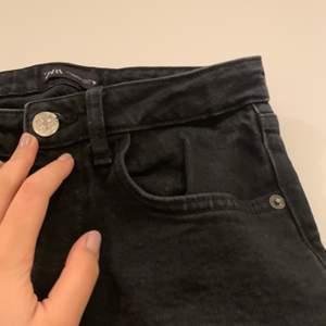 Svarta jeans från zara🖤 De är för små på mig som är 171cm och som brukar ha storlek 36/38. används  cirka 3 gånger. I bra skick! ;) || tvättas innan leverans💞😊