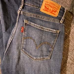 Säljer dessa jeans som är i väldigt bra skick! Anledningen till att jag säljer de är, som ni ser, för att de blivit alldeles för små! Riktigt fina vardagsjeans och rumpan blir riktigt fint formad av de! Nypris var 900kr