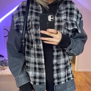 Jättefin jacka från Zara, knappt använd! Den passar xs-m beroende på hur man vill att den ska sitta🥰skriv till mig vid intresse!! Köparen får stå för frakten!!🦋💕