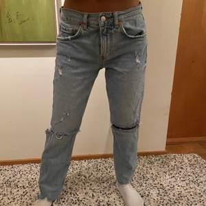 Supersnygga jeans men tyvärr för små för mig från Zara. Använt en del men inte övermycket. Dem är fortfarande i väldigt bra skick. OBS! Dessa jeans kommer ha en budgivning med startpris på 250 kr.