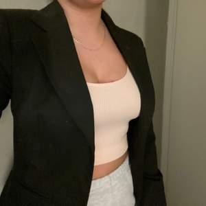 Säljer en svart kavaj/blazer i storlek S ifrån eve of eden den är lite oversize som ni ser på bilden🥰