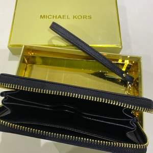 Helt ny Michael Kors plånbok med guldnitar på. Säljer den för att jag redan har en plånbok jag trivs med.