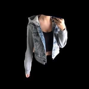 Snygg kort jeansjacka med avtagbar luva