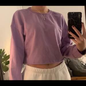 Superfin ljus lila tröja i fint skick, som bara är använd ett fåtal gånger, storlek xs, köparen står för frakten💜