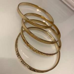 Säljer dessa 4 armbanden i guld (INTE ÄKTA GULD), armbanden är helt oanvända, som nya. Storlek One Size, så ska passa alla. Säljer för 80 kr för ALLA tillsammans. Köparen står för frakten!