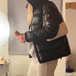 Säljer denna urcoola & varma pufferjacka från Peak Performance eftersom jag köpte en annan jacka nyligen. Nyskick och använd i max 1 vecka, därav priset. Kan gå ner i pris vid snabb affär. Köpt för 4200 kr i Peak Performance butiken i Mall of Scandinavia. 💓