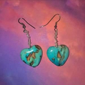Handgjorda  hjärtformade örhängen i sten💙