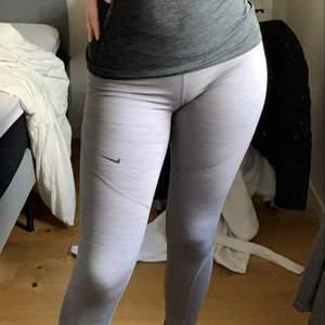 Säljer mina Nike träningsbyxor eftersom de är lite för små för mig. Har klippt av den lappen där bak då den kliade men de är i storlek S och de är i jätte bra kvalite köpte för cirka 500kr på Zalando. Om man vill ha fler bilder är det bara att fråga 💕