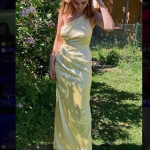 Jättefin balklänning från Nicole Falciani kollektionen, endast använd en gång. Bekväm. Silke material.  Har i både storlek 38 och 36