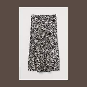 Kjol från H&M i silkes/satin material! Helt oanvänd i storlek S. Nypris 249kr. Vårt pris 90kr + frakt 🚚💕