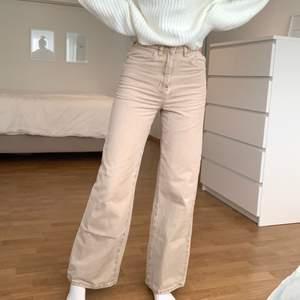 Säljer dessa populära Idun jeans från Gina i färgen beige! Är i storlek 34 och är lite tajta på mig som vanligtvis är S. Knappt andvända. Orginalpris: 600kr säljs för 200kr+66kr frakt🤍