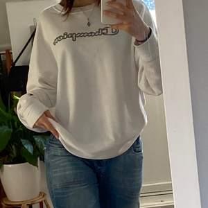 mega skön hoodie från champion. knappt använd, najs skick ! den används aldrig av mig 😔 så tänkte sälja vidare om någon vill ha den 😸 lägg gärna ett bud i kommentarerna ! köpare står för frakt ✋🏼  oversized och as skön, lite tunnare material 🙀