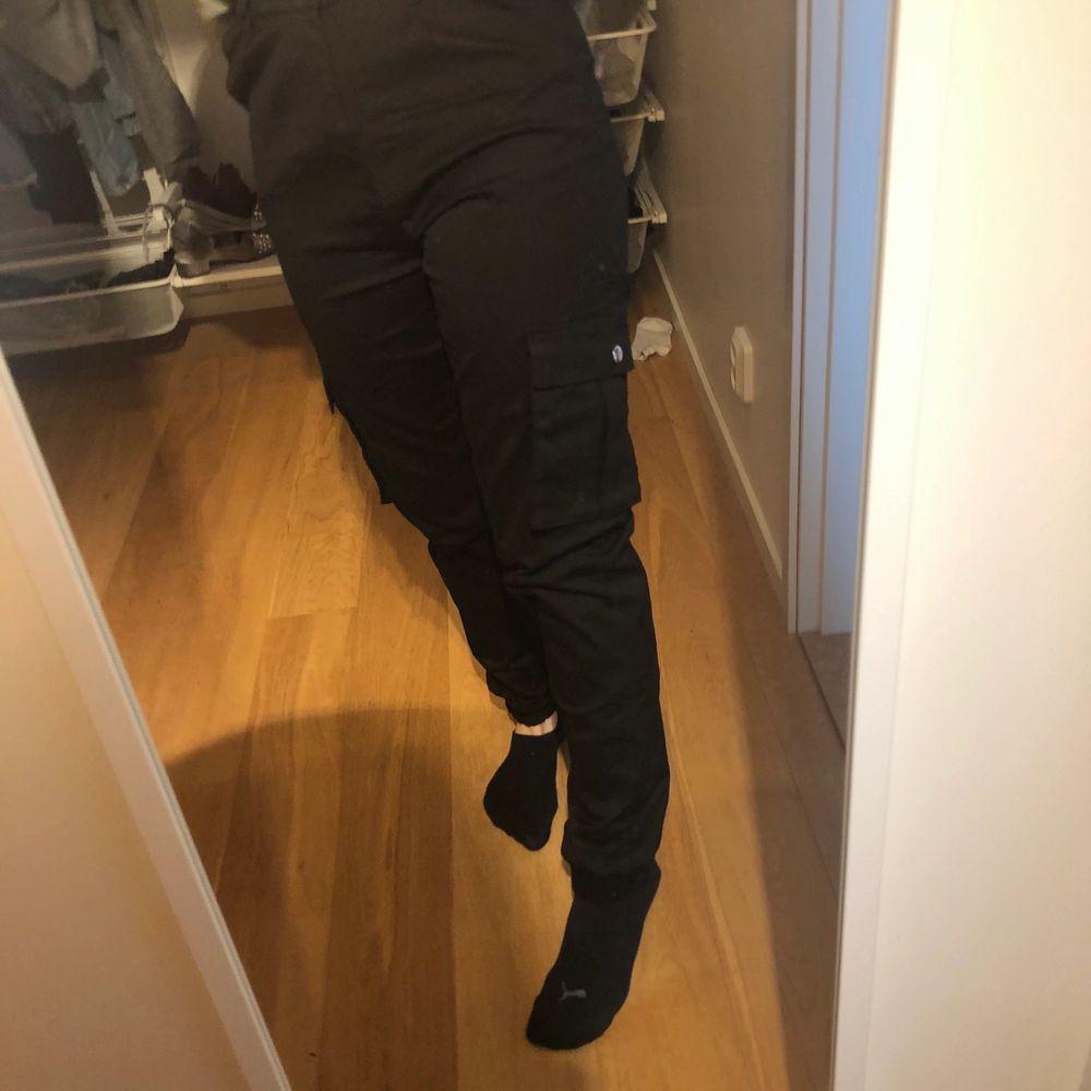 Säljer min svarta cargopants från madlady:) använda 2 gånger, nyskick. Nypris: 500 kr .Frakt tillkommer pris kan diskuteras♥️. Jeans & Byxor.
