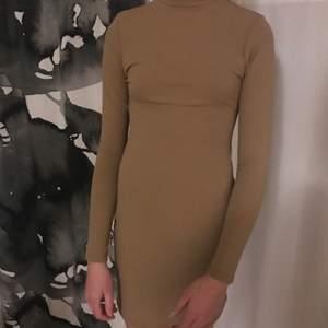 Säljer denna fina klänning då den är för liten på mig. Superfin i färgen och helt oanvänd med prilappen kvar på. Frakt tillkommer på 66kr🥰✨
