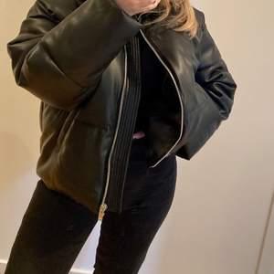 En puffer jacka i läder från Gina Tricot. storlek S men passar xs-m. Aldrig använd.