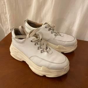 Supersnygga K.cobler sneakers med platåsula, riktigt rejäla och håller värmen bra! Finns att hämta på Södermalm, annars står köparen för frakt💘