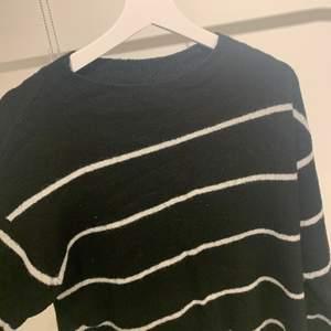 Jätteskön tröja som har vita ränder på sig. Verkligen jättemysig. Den är även i ett bra skick, då jag bara har använt den få gånger.