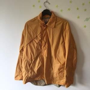Pulloverjacka från japanska märket 45rpm i mkt bra skick. krage. zippad bröstficka. ryggficka.                                Mått: Shoulder-shoulder: 52cm/20.5