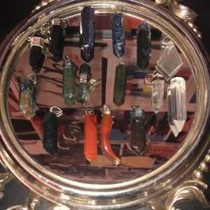 Säljer fler av mina superfina kristaller!!🔮✨de har antingen berlock eller ett hål som man kan dra ett halsband igenom. Jag kommer sälja alla för 60kr styck + 12kr frakt. Skriv om du är intresserad eller bra har en fråga!!🥰💓(se sida tre för att kolla vad de heter)