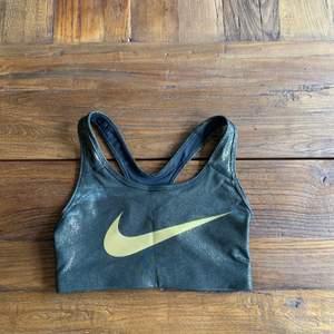 Jätte cool sport bh från Nike i skimrade guld spekell, aldrig använd och är i bra skick.