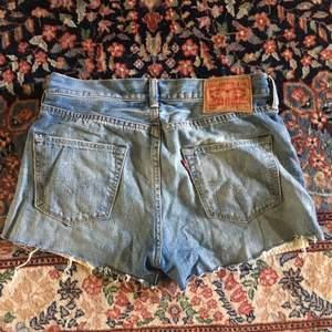 Jeansshorts från Levis! Bra skick, som hittat! Köpern betalar frakt!